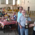 Jugador de Videla recibe trofeo